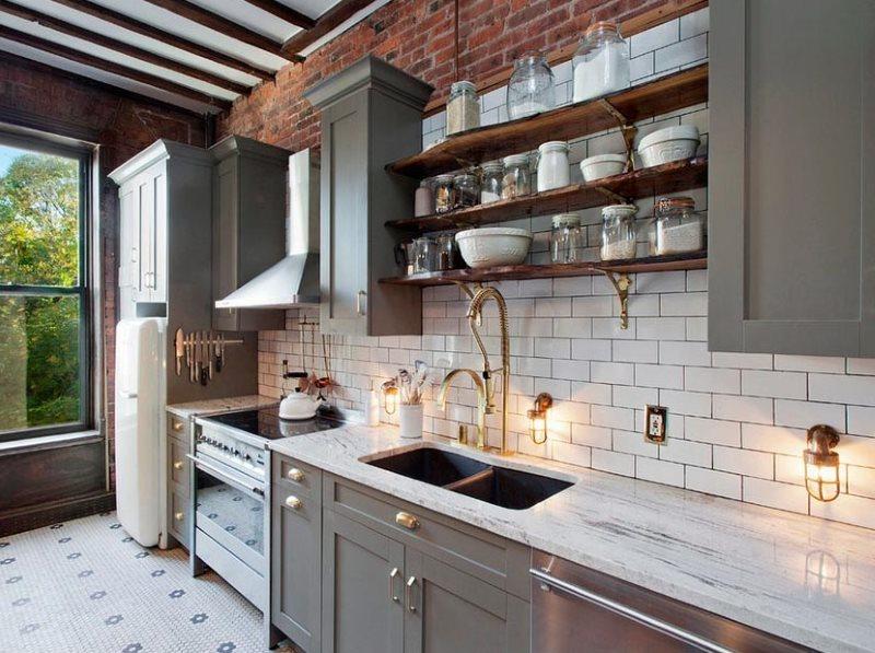 Посуда на открытых полках кухни в стиле лофт
