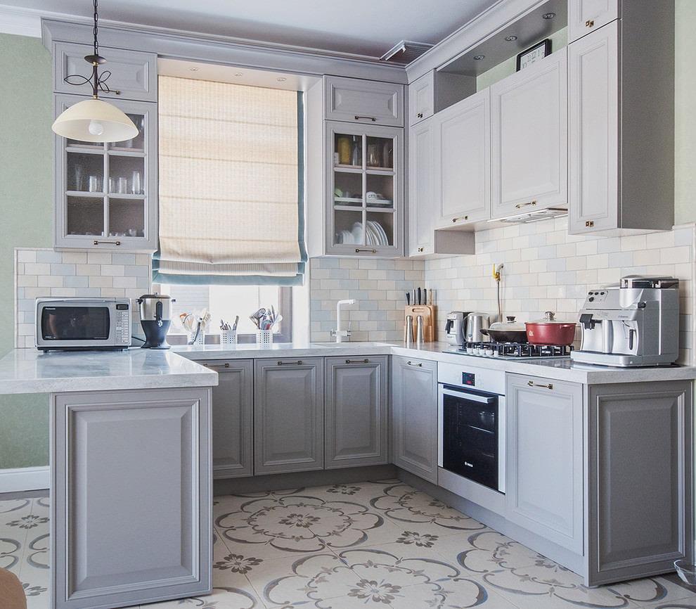Светлая римская штора на кухне с серой мебелью