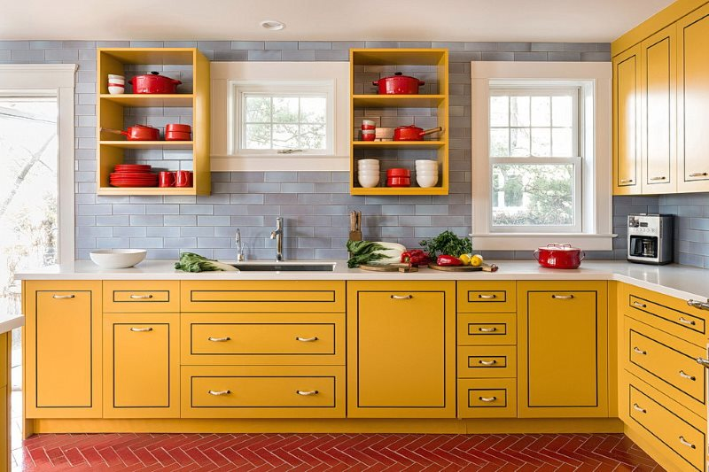 Красная посуда в желтых шкафах без дверок