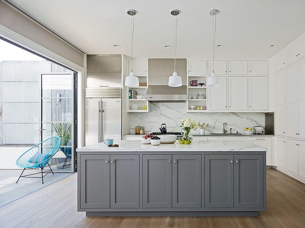Серый кухонный остров в комнате с белым гарнитуром