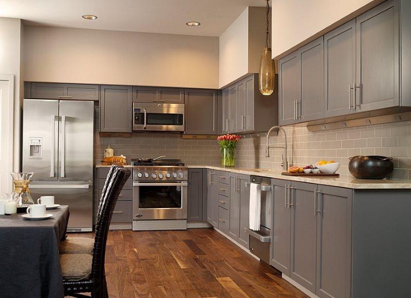 Бежевый потолок в кухне с серой мебелью