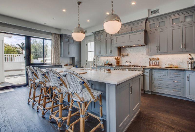 Деревянный пол на кухне с серо-голубым гарнитуром