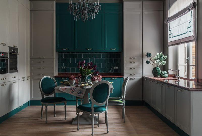 Кухонные стулья с обивкой изумрудного цвета