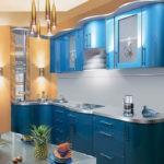 Серо-синяя мебель для кухни с песочными стенами