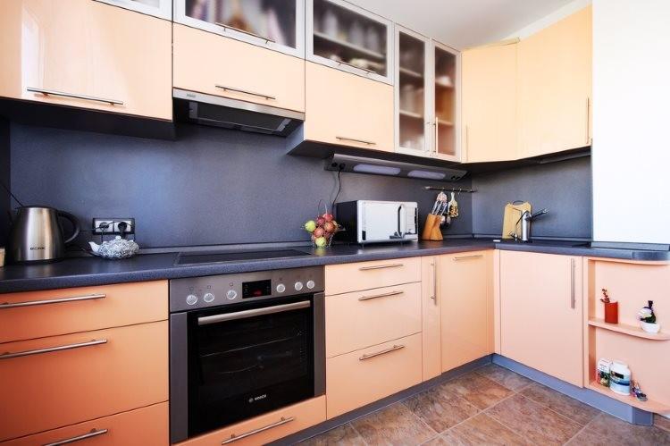 Кухонный фартук серого цвета и персиковая мебель