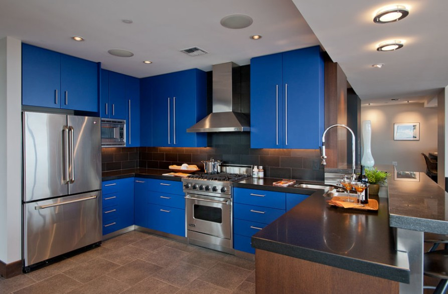 Рабочая зона современной кухни-гостиной