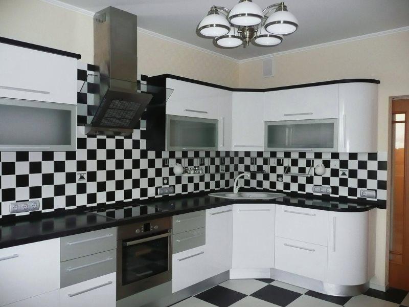Черно-белый фартук в интерьере современной кухни