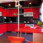 Шикарная красная кухня с мини-баром