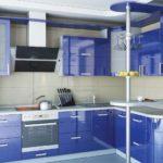 Шикарная синяя кухня с барной стойкой