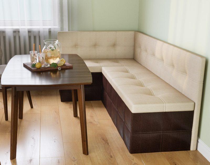 Широкое сидение углового кухонного диванчика