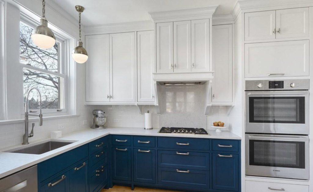 Синие тумбы кухонного гарнитура с белыми навесными шкафами