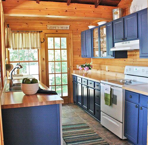 Синий цвет и дерево на кухне