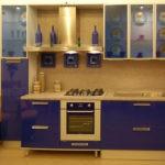 Синий гарнитур с стеклянными верхними шкафчмками и желто-синей мягкой мебелью