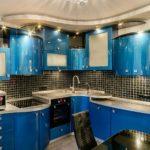 Синяя кухня с гнутым стеклянным фасадом