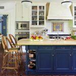 Синяя кухня с островом в стиле прованс