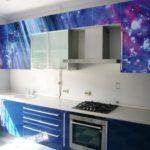 Синяя малогабаритная кухня с фотопечатью