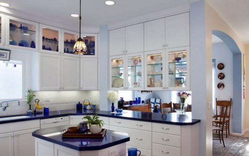 Мебельный гарнитур с синей столешницей в кухне частного дома
