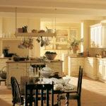 Естественное освещение в кухне загородного дома