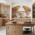 Деревянная мебель в интерьере кухни частного дома
