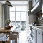 Узкая кухня с большим окном