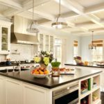 Интерьер кухни с рельефным потолком