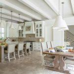 Белые балки на потолке кухни-столовой