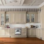 Кухонный гарнитур с бежевыми фасадами