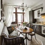 Удобный диванчик в классической кухне