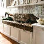 Фарфоровые тарелки на кухонной полке