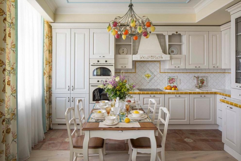 Белая угловая кухня с обеденной зоной в стиле прованса
