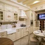 Телевизор на стене кухни в стиле прованс