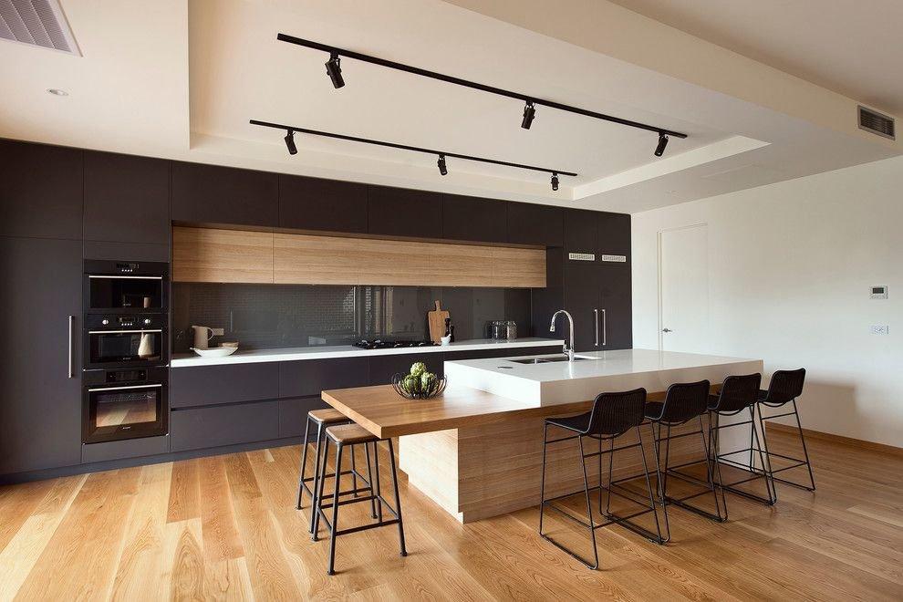 Линейная кухня с черным гарнитуром и островом