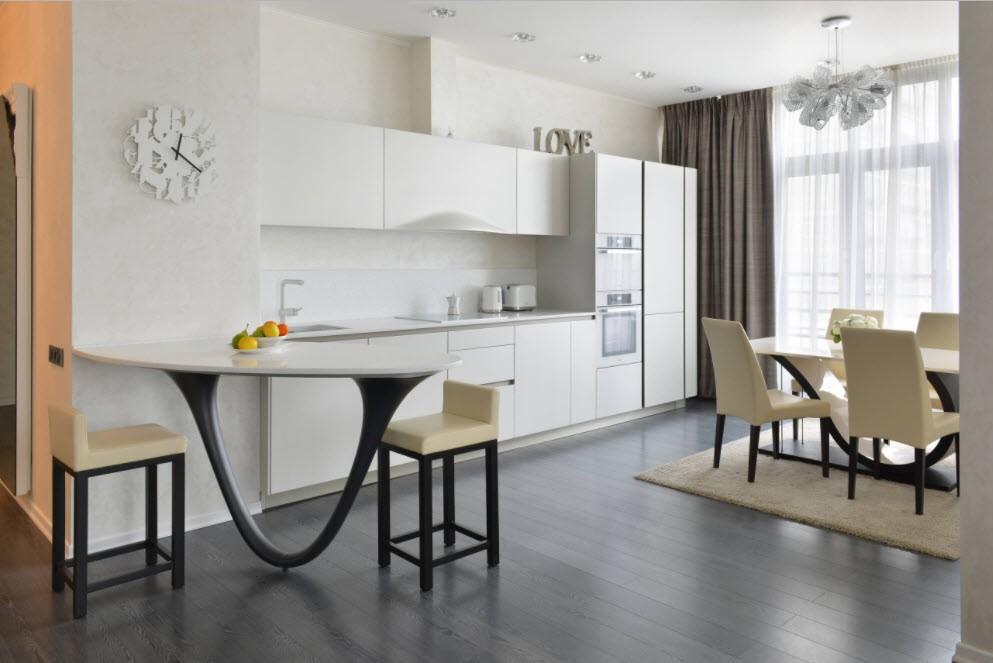 Современная кухня с белым гарнитуром линейной планировки