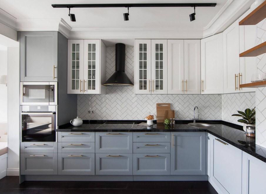 Серо-белая кухня угловой планировки в современном стиле