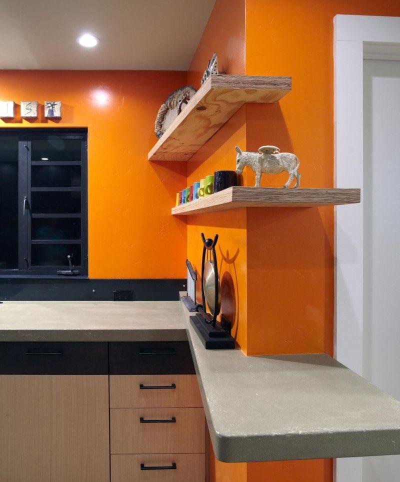 Деревянные полки на оранжевой стене кухни
