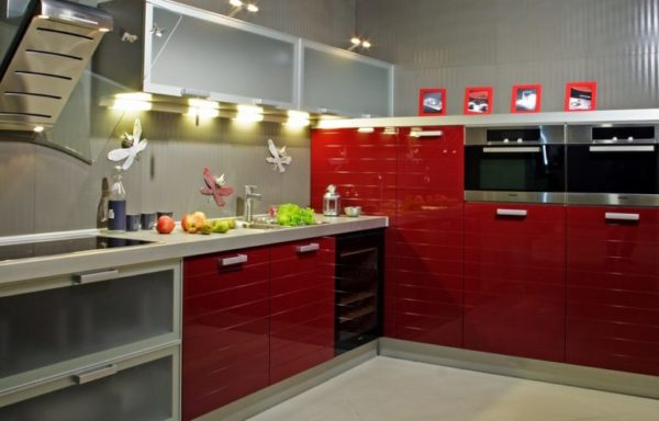Кухонный гарнитур с глянцевыми красными фасадами