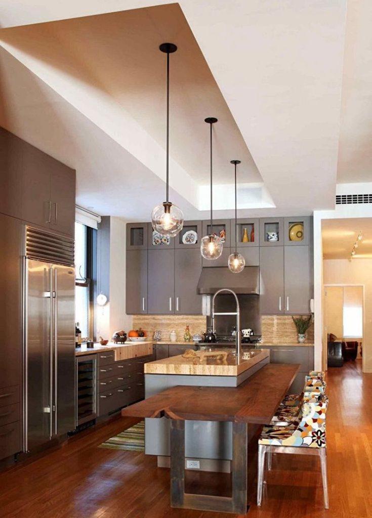 Подвесные светильники над кухонным островом с мойкой