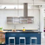 Светлая и просторная кухня-гостиная с синим гарнитруом