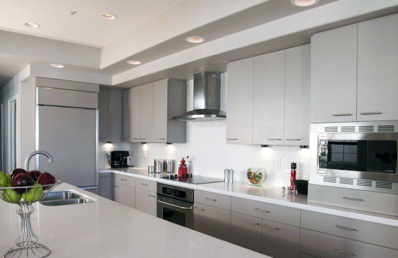 Светло-серая кухня в стиле модерн