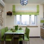 Светлая небольшая кухня с зеленой мебелью и шторами