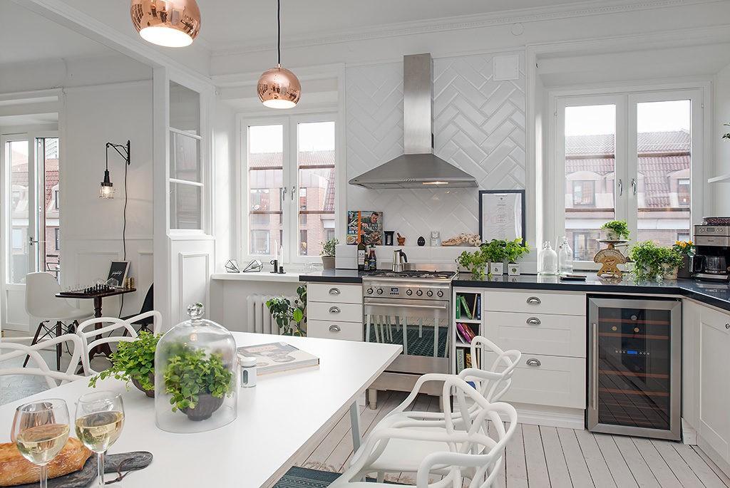 Просторная кухня с белой мебелью в скандинавском стиле