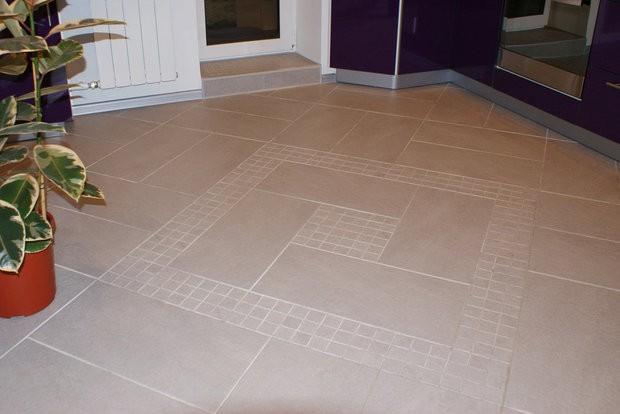 Керамический пол из крупноформатной плитки с мелкими вставками