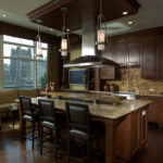 Светло-коричневый уголок для классической кухни