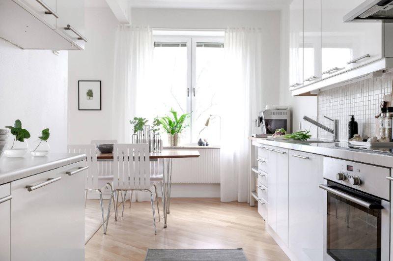 Легкие занавески на кухонном окне