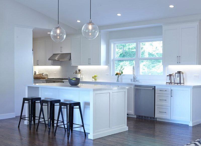 Белые стены кухни в стиле современной классики