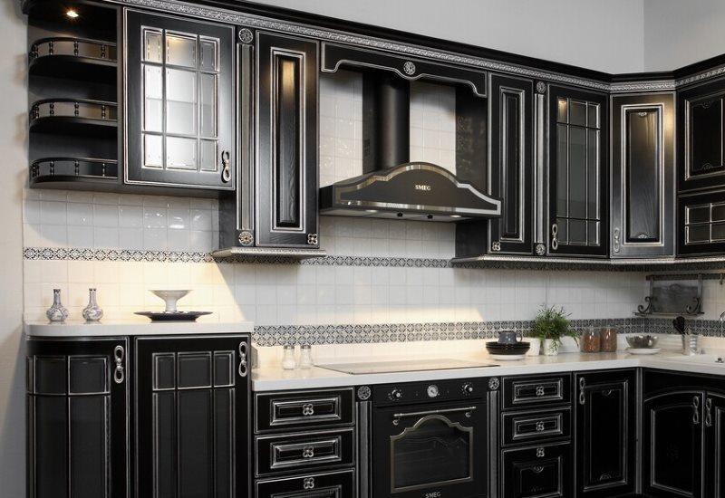 Серый орнамент на керамическом фартуке кухни