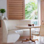 Светлый угловой диванчик для обеденной зоны