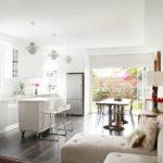 Светлый угловой диванчик для просторной квартиры студии