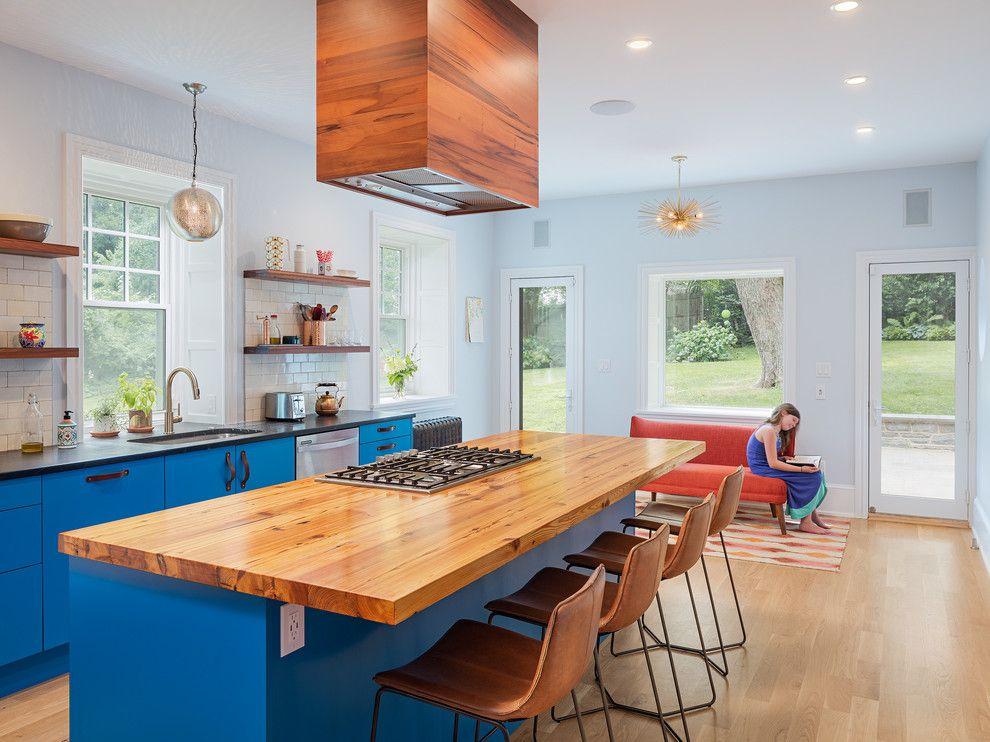 Дизайн большой кухни в частном доме с голубыми стенами