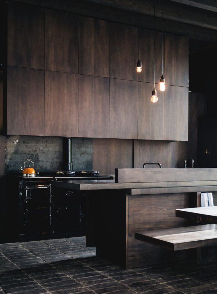 Темно-коричневые фасады кухонного гарнитура в стиле лофт
